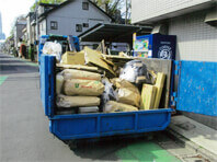 引越しゴミの収集作業中 コンテナへの積込風景