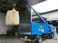 産業廃棄物収集作業中 ユニック車を使用しての作業中